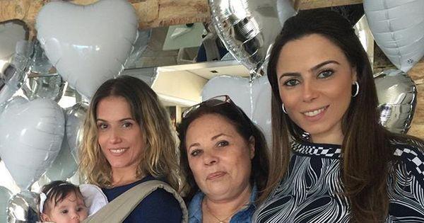 Deborah Secco carrega Maria Flor em foto com a família ...