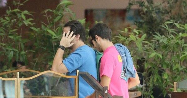 Durante almoço com o filho, Murilo Benício tenta esconder o rosto ...
