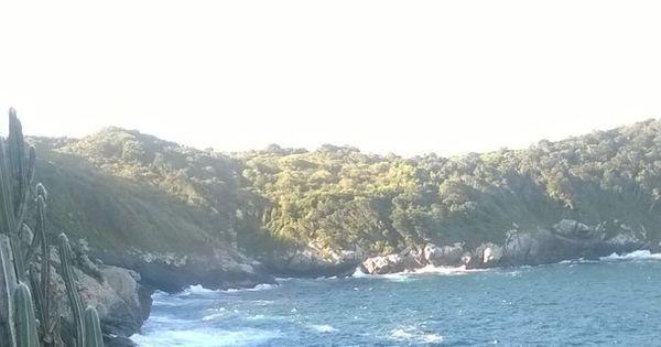 Lancha vira e homem morre em Arraial do Cabo; buscas por ...