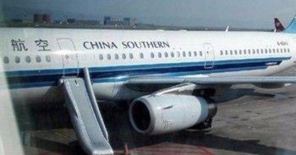 Chinesa confunde saída de emergência de avião com porta de ...