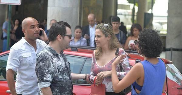 Olha ela! Ana Paula Renault é cercada por fãs ao desembarcar no ...