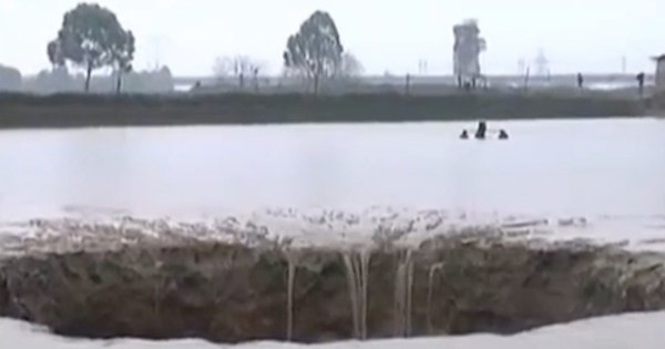 Buraco sinistro ou base alienígena? Cratera aparece em lagoa e ...