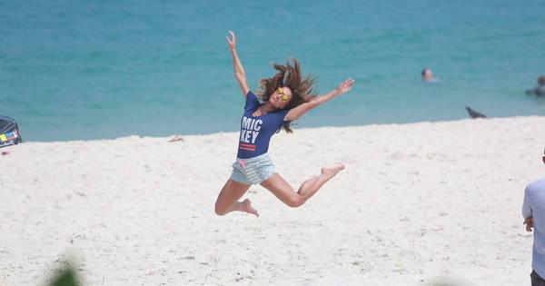 Sabrina Sato se diverte em sessão de fotos em praia do Rio de ...