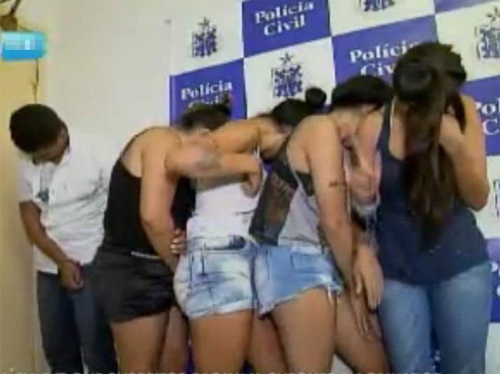 Quatro mulheres e um homem foram presos, acusados de estelionato, na capital baiana. De acordo com a polícia, todos os suspeitos são naturais de São Paulo e integram uma quadrilha especializada em dar golpes em bancos na capital paulista.Experimente grátis toda a programação da Record no R7 Play
