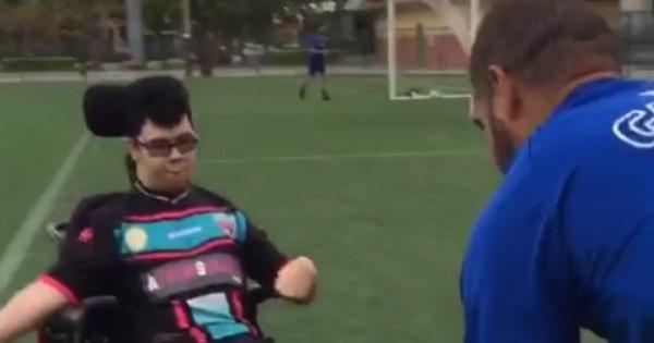Adriano Imperador bate bola com portador de deficiência e comove ...