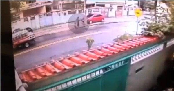 Vídeo mostra vizinho ao lado de menina desaparecida momentos ...