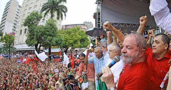 Manifestantes criticam visita de Lula a Fortaleza - Notícias - R7 Brasil