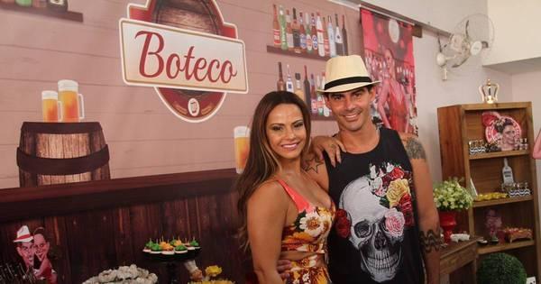 Viviane Araújo se diverte em festa de aniversário organizada por fãs ...