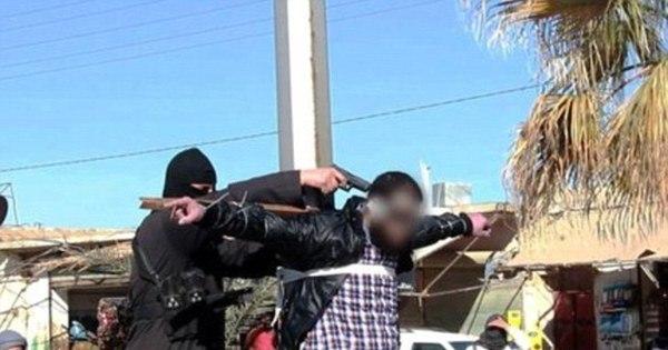 Terroristas do Estado Islâmico crucificam e atiram na cabeça de ...