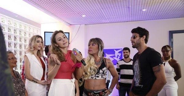 """Ana Paula Renault ironiza Adélia em programa ao vivo: """"Ela é muito ..."""
