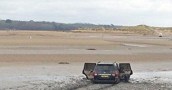 Inacreditável: jipão da Toyota atola em lamaçal, maré sobe e SUV ...
