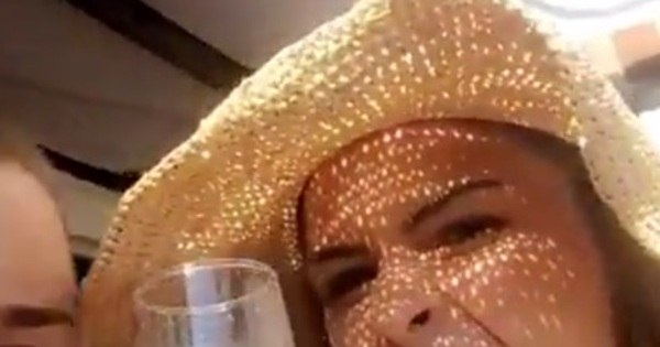 Olha elaaaa! Ana Paula bebe champanhe ao acordar em hotel ...