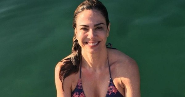 De biquíni e feliz da vida, Luciana Gimenez exibe barriga sequinha ...