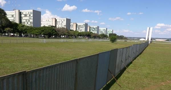Muro que separa manifestantes volta a ser erguido na Esplanada ...