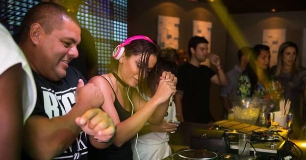 Anitta ataca de DJ em festa no Rio - Fotos - R7 Pop