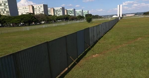 A um dia da votação do impeachment, Brasília reforça muro para ...