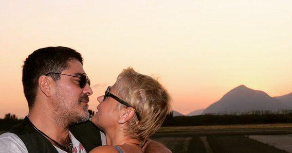 """Que fofura! Xuxa posta foto romântica com Junno: """"Queria você aqui ..."""