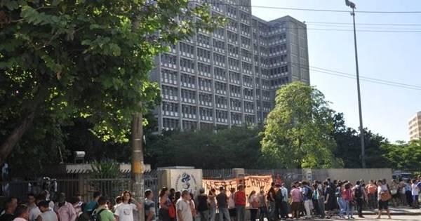 Servidores da Uerj fecham portão de universidade e convocam ...