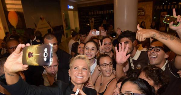 Xuxa atrai multidão de fãs em inauguração de Casa X em Bauru ...