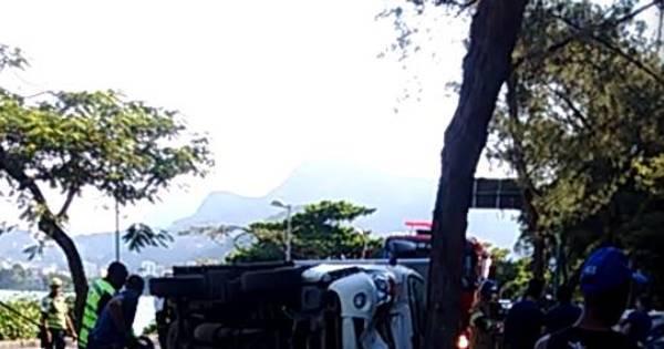 Caminhão tomba na Borges de Medeiros e complica trânsito na ...