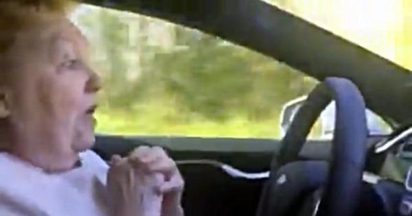 Viralizou: velhinha tem reação hilária ao testar sistema de piloto ...