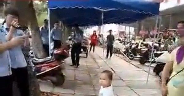 Vídeo mostra criança usando cano de aço para defender sua avó ...