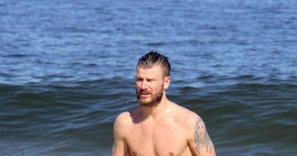 Rodrigo Hilbert se refresca com banho de mar em praia carioca ...