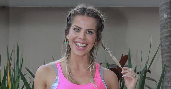 Karina Bacchi exibe barriga sarada em bazar de moda fitness ...