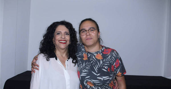 Maria Gadú tieta Gal Costa em bastidores de show em São Paulo ...
