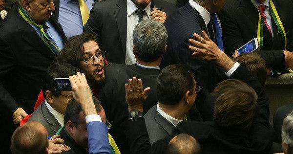 Deputado Jean Wyllys cospe em Jair Bolsonaro - Notícias - R7 Brasil