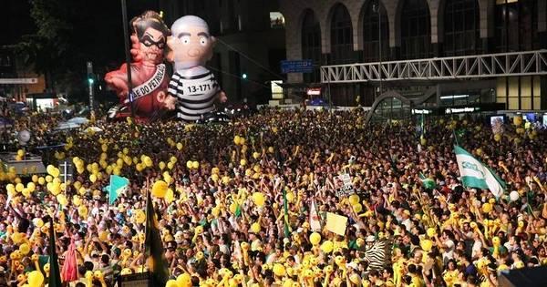 Manifestantes comemoram resultado de votação do impeachment ...