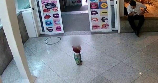 Imagens mostram casal abandonando filho em shopping no Rio de ...