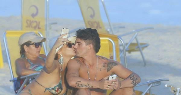 """Namoro, selfie e cervejinha! Viviane Araújo tem dia """"gente como a ..."""