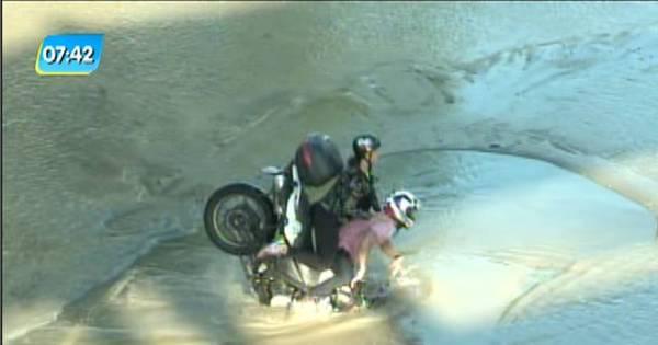 Tubulação estoura e motociclista cai em buraco na Radial Oeste ...