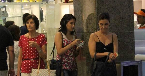 Três gerações! Fátima Bernardes vai às compras com a mãe e a filha