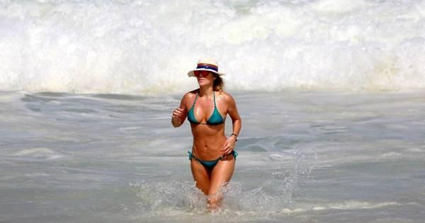 Aos 48 anos, Christine Fernandes exibe curvas perfeitas em praia ...