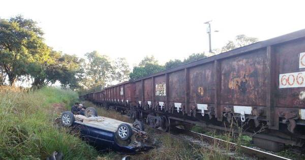 Três pessoas ficam feridas após trem atingir carro em Divinópolis ...