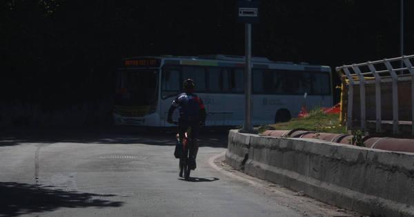 Após queda de ciclovia, ciclistas se arriscam e pedalam pela ...