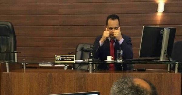 Vereador é flagrado vendo pornografia durante sessão da Câmara ...