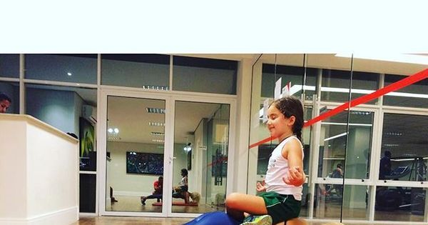 Flávia Alessandra usa a filha caçula como peso para malhação ...