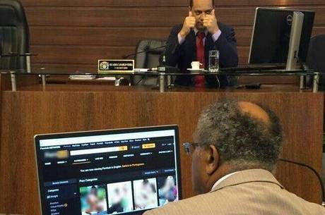 Vereador do PT é flagrado vendo pornografia durante sessão da Câmara