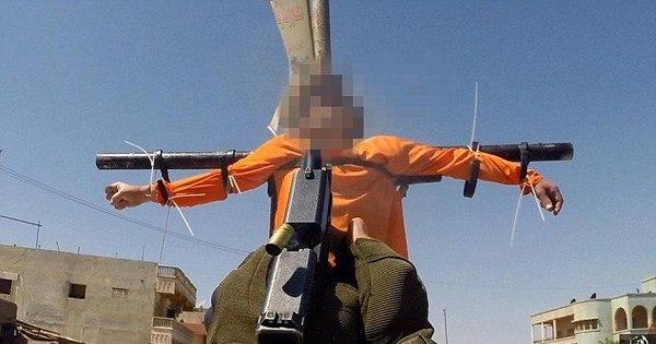 """Estado Islâmico crucifica """"espiões"""" e os executa com tiros de ..."""