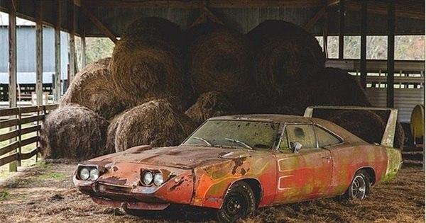 Esquecido em fazenda por 40 anos, clássico Dodge Charger ...