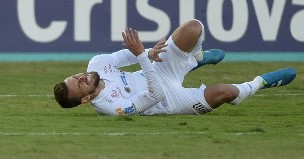Com entorse no tornozelo, Lucas Lima causa preocupação no Santos