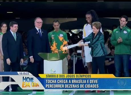 Chama olímpica chega ao Brasil para revezamento da tocha