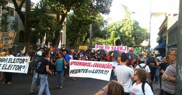 Professores do Estado decidem manter greve e fazem protesto no ...