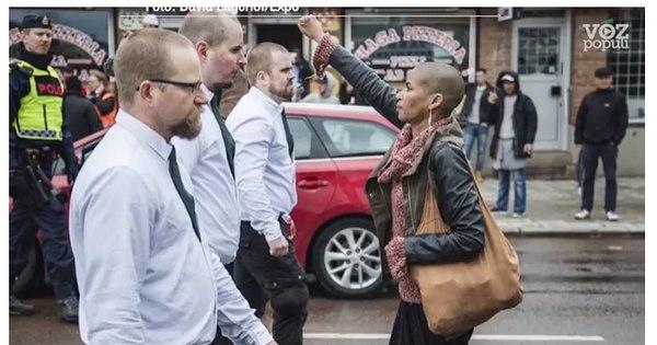 Foto de ativista negra desafiando sozinha neonazistas se torna ...