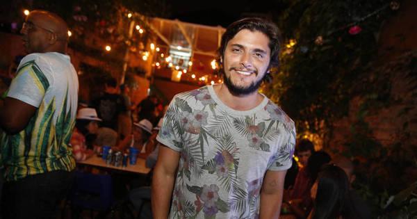 Bruno Gissoni se diverte em roda de samba no Rio de Janeiro ...