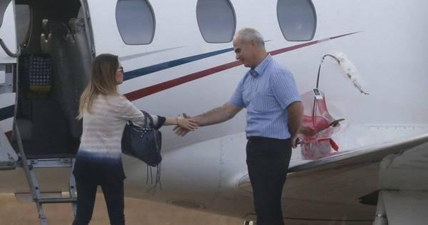 Sandy embarca em jatinho no Rio acompanhada do filho, Theo ...
