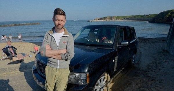 Homem tenta ajudar van atolada com seu Range Rover e os dois ...